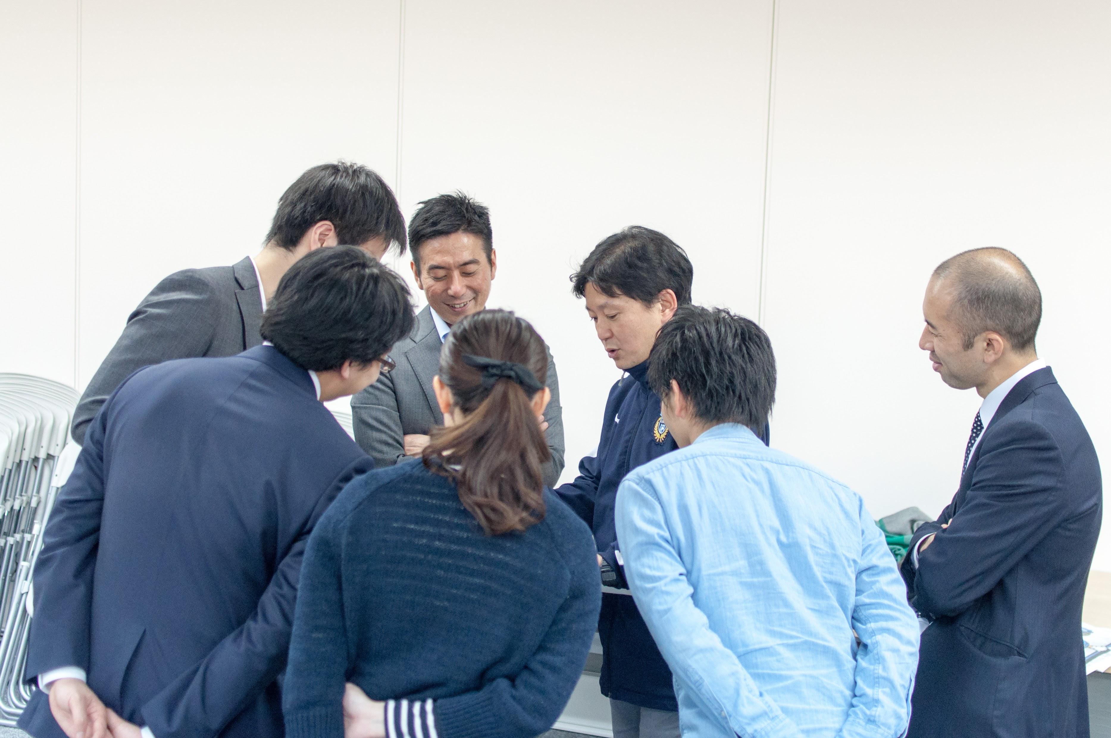 天野さんのトークに夢中で耳を傾ける参加者の方々。懇親会中もゲストと共に熱く語り合います。